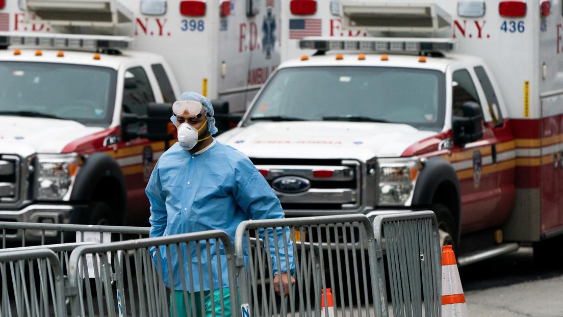 VIDEO: Así cargan decenas de muertos por covid-19 en camiones en un hospital de Nueva York