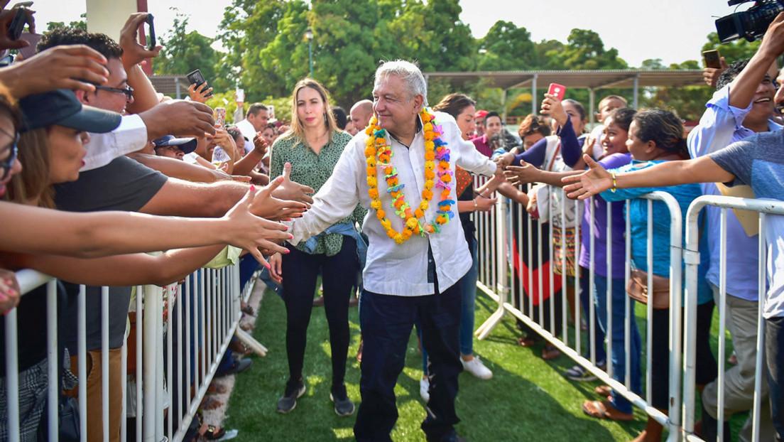 Entre los abrazos de López Obrador y la guerra de noticias falsas: 6 claves para entender la crisis del coronavirus en México