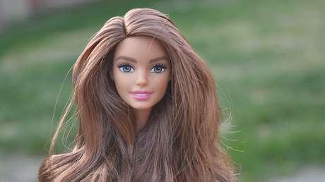 Mattel lanza una Barbie sin brazos para honrar a una joven nadadora paralímpica