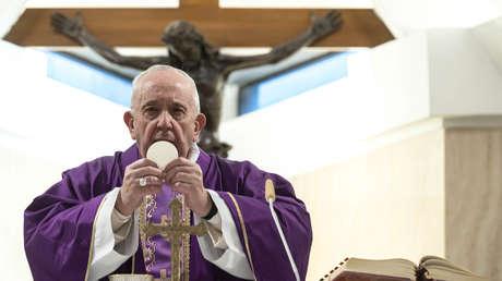 """El papa pide a los sacerdotes que """"salgan a ver a los enfermos"""" en medio del brote de coronavirus"""