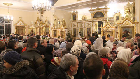 Ortodoxos rusos reciben el doble de vino durante la comunión como medida contra el coronavirus