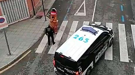 VIDEO: La Policía española intercepta a un hombre disfrazado de 'T-Rex' en las calles y le recuerda que debe respetar la cuarentena
