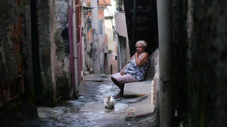 """Bolsonaro califica al coronavirus como """"resfriadito"""" y los narcotraficantes imponen el confinamiento en algunas favelas"""