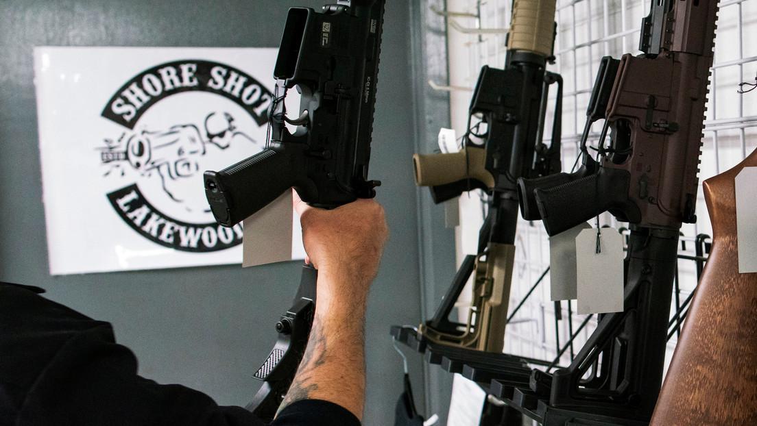 Las ventas de armas de fuego en EE.UU. a punto de batir nuevos récords en medio de la pandemia de covid-19