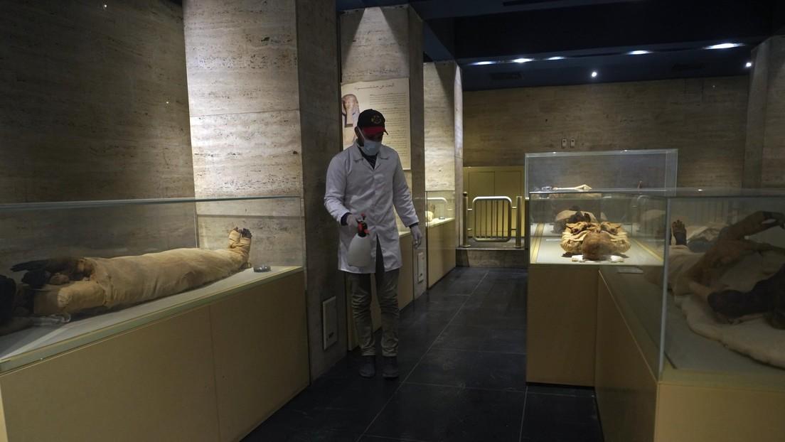 Sacan a una momia egipcia de su sarcófago por primera vez en casi un siglo y descubren figuras pintadas de unos 3.000 años de antigüedad