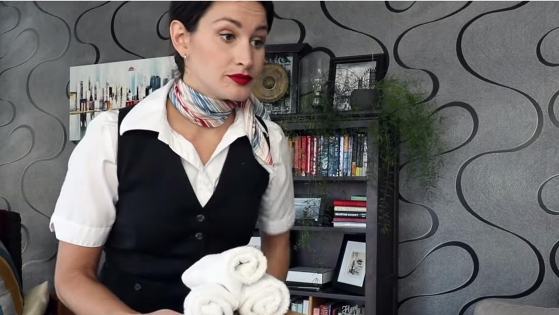 ¿A bordo en casa? Una azafata se las ingenia para 'trabajar' a pesar de la crisis del covid-19 (VIDEO)