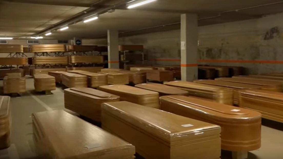 VIDEO: El pico de muertes por el coronavirus en España obliga a improvisar una morgue en un estacionamiento