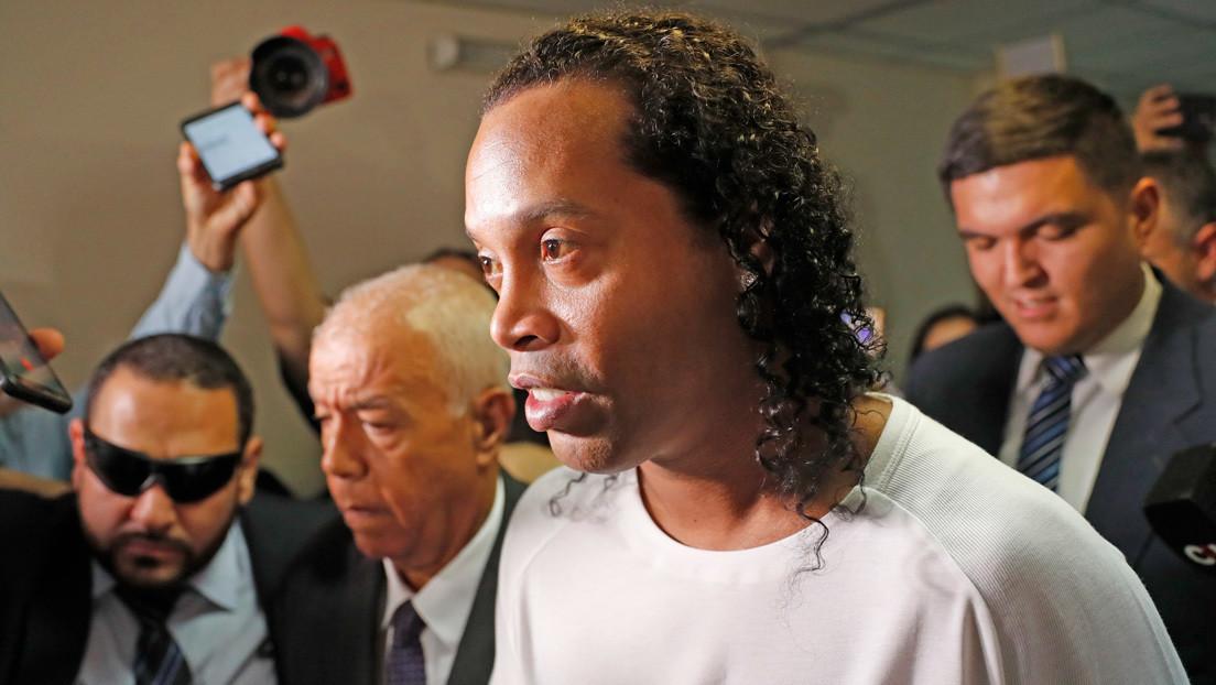 VIDEOS: Ronaldinho juega en prisión un partido de fútbol-tenis contra un asesino y un ladrón (y pierde)