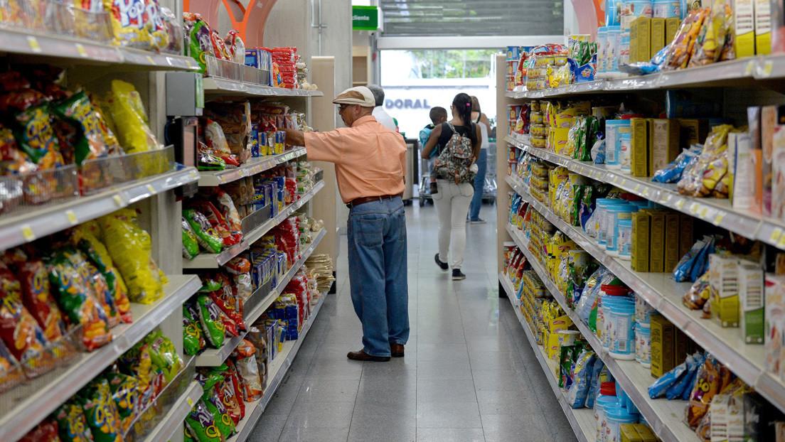 Un trabajador de un supermercado en Venezuela crea un mosaico con paquetes de arroz para conmemorar la Semana Santa
