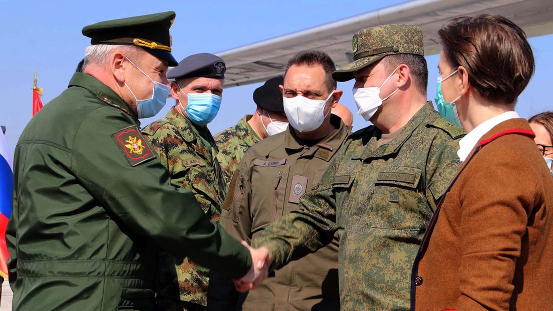 Serbia da la bienvenida a los militares y médicos enviados por Rusia para combatir la pandemia del covid-19