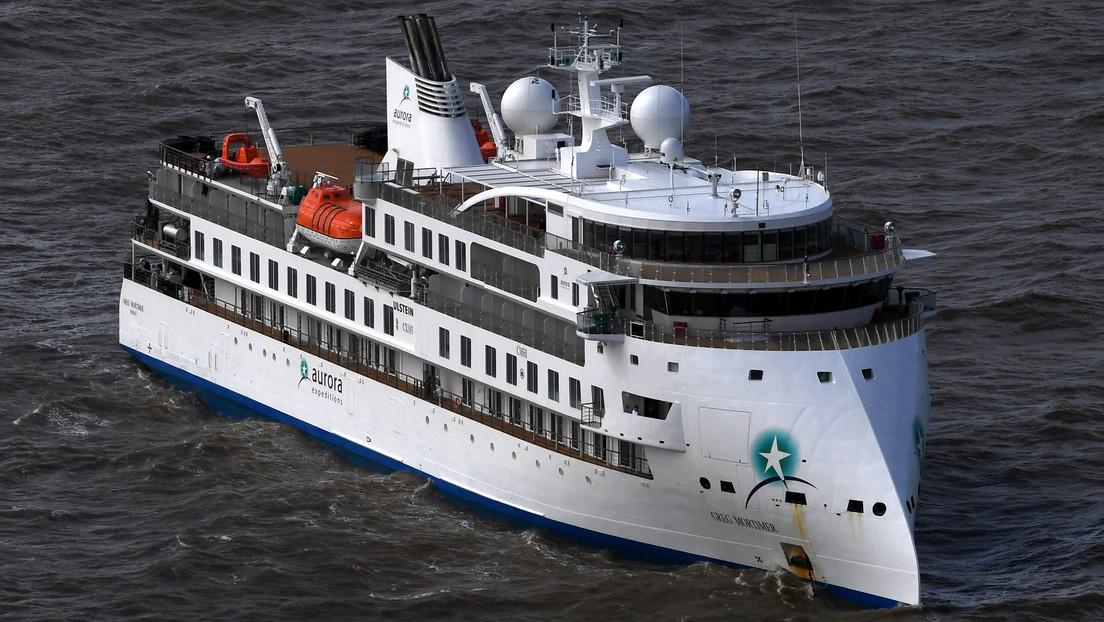 Evacuarán a los pasajeros de un crucero antártico después de que casi el 60% de las personas a bordo dieran positivo al coronavirus