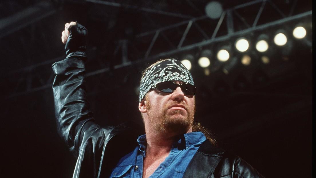 El legendario luchador The Undertaker sorprende a un rival antes de derrotarlo y queda inmortalizado en un divertido meme