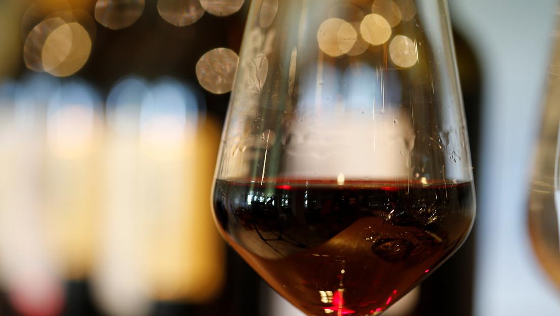 VIDEO: Una joven se derrama el vino en la cara y causa furor en las redes sociales al identificarse muchos con ella