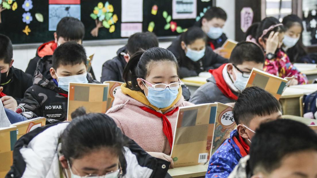 VIDEO: Niños en una escuela de China comen por turnos para evitar contagios de covid-19