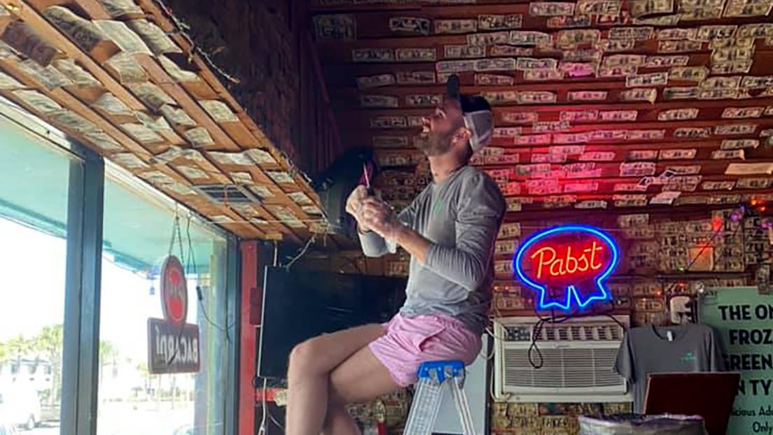 La dueña de un bar decorado con miles de billetes los quita y dona el dinero a sus empleados afectados por la pandemia