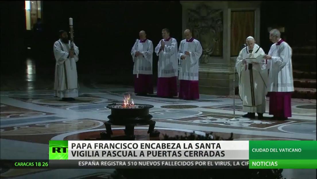 El papa Francisco encabeza la Santa Vigilia Pascual a puerta cerrada