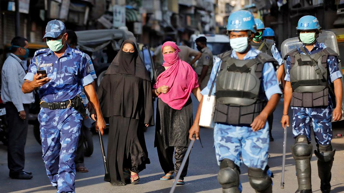 """La Policía india obliga a turistas a escribir 500 veces """"lo siento"""" por violar la cuarentena"""