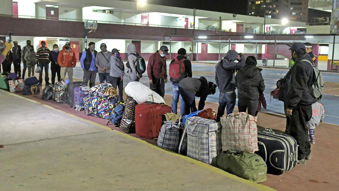 Bolivianos varados desde hace semanas no logran entrar a su país, pero reciben albergue en una ciudad chilena