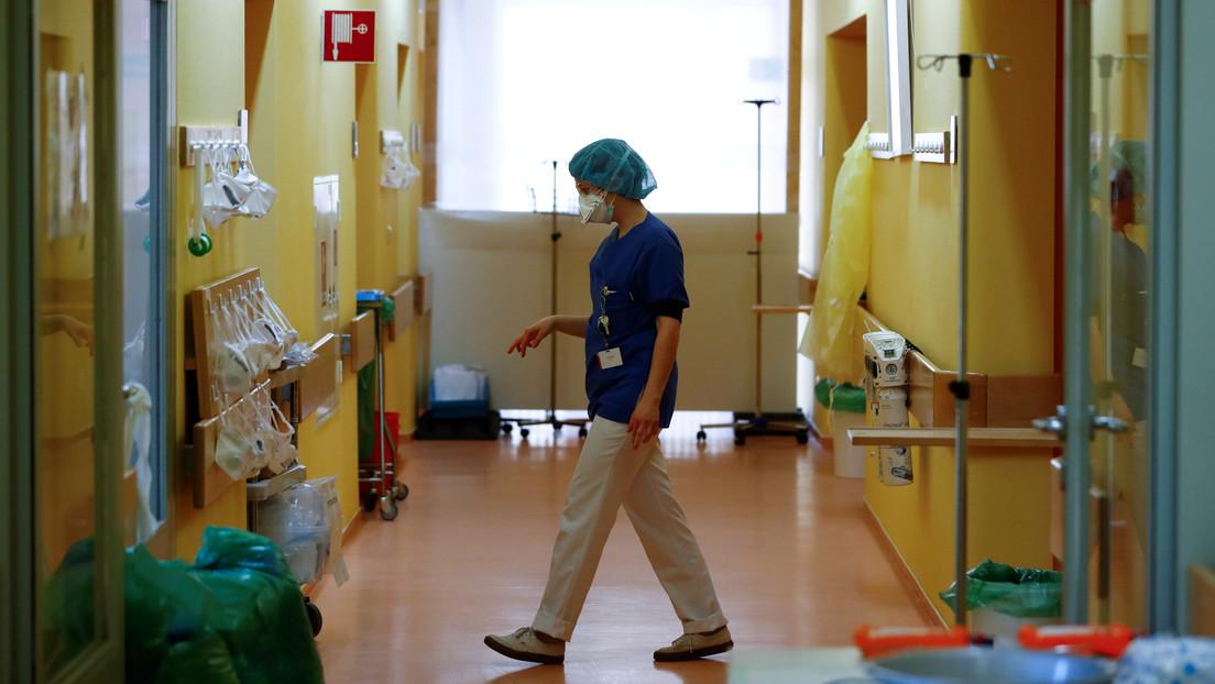 Médicos chinos insisten en que el coronavirus puede transmitirse por el aire en sitios cerrados y también viaja en los zapatos