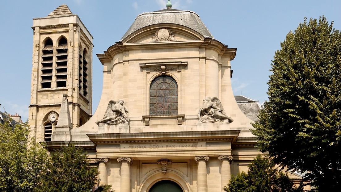 Un cura celebra una misa clandestina por la noche en París en cuarentena pero lo 'traiciona' el órgano