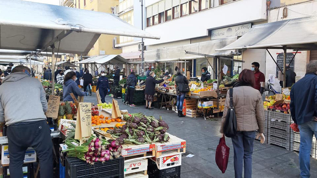 Decenas de personas en Italia acuden a un mercado callejero en medio de la pandemia (VIDEO)