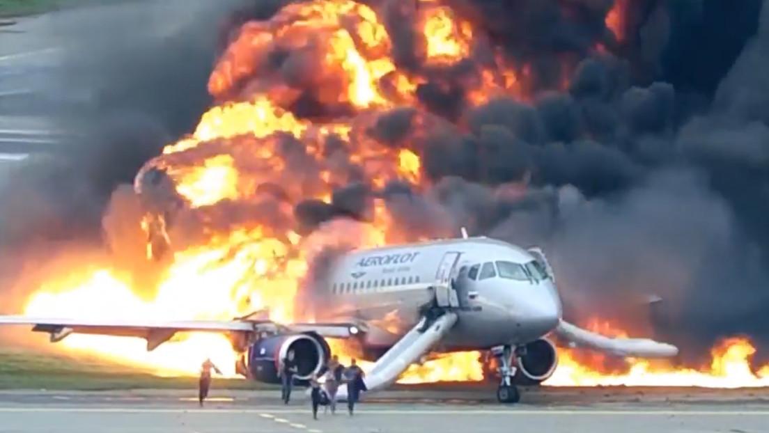 Publican el video completo del incendio del avión Sukhoi Superjet en un aeropuerto de Moscú
