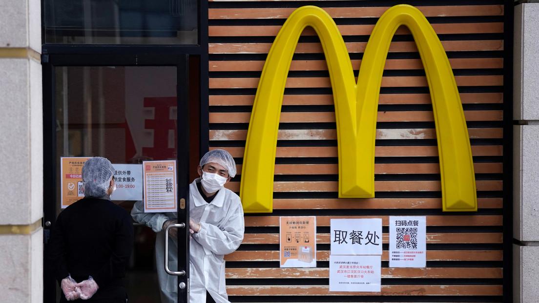 """McDonald's pide disculpas luego de que uno de sus locales en China prohibiera el ingreso de """"personas negras"""" por miedo al covid-19"""