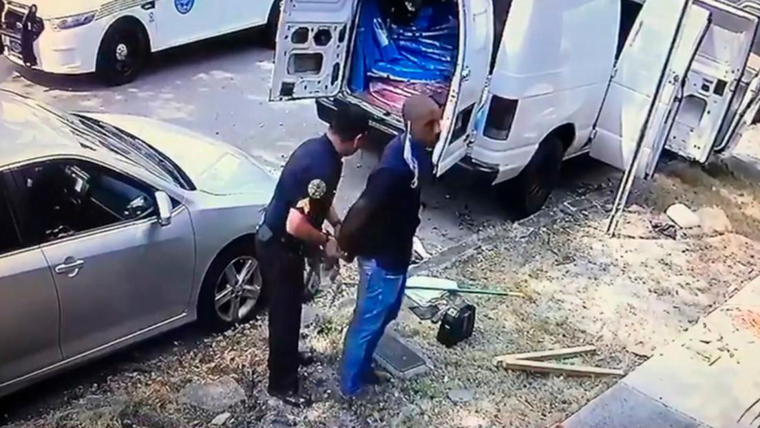 """VIDEO: Arrestan por """"arrojar basura en las calles"""" a un médico que hace pruebas de coronavirus a los sintecho en EE.UU."""