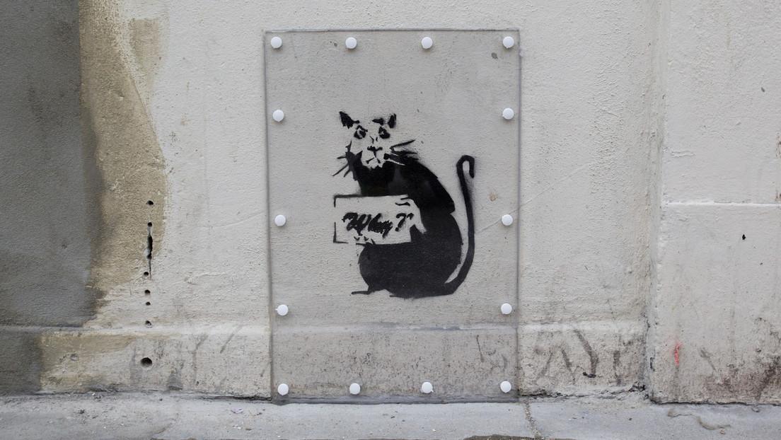 FOTOS: Banksy pinta en el baño de su casa un curioso grafiti dedicado al autoaislamiento