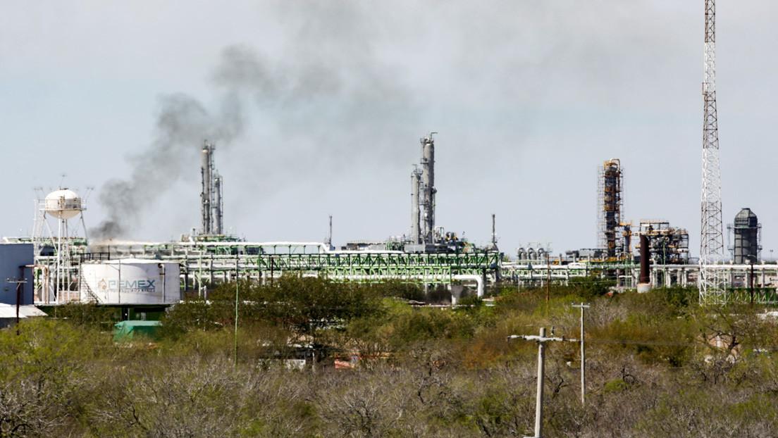 Fitch recorta la calificación de Petróleos Mexicanos y de la Comisión Federal de Electricidad