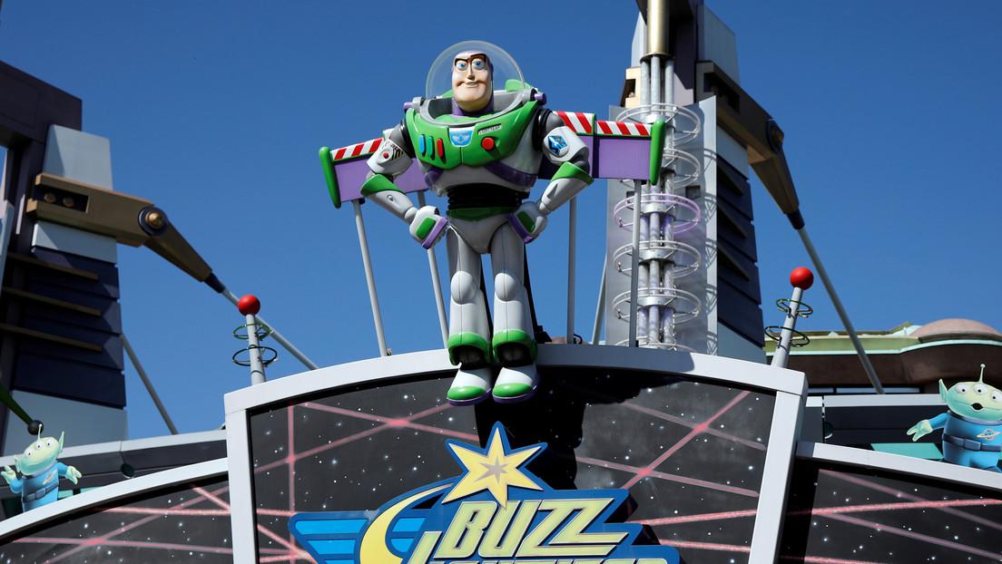 VIDEO: Una madre se pone un casco de Buzz Lightyear de 'Toy Story' para ir a la tienda durante la cuarentena