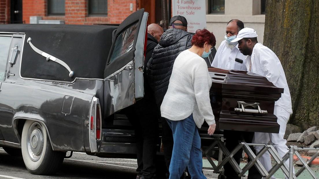 """""""No hay más espacio"""": Una funeraria de Nueva York apila cuerpos en la calle a la vista de todos"""