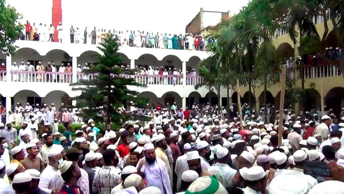 FOTOS: Cerca de 100.000 personas violan la cuarentena para asistir a un funeral en Bangladesh