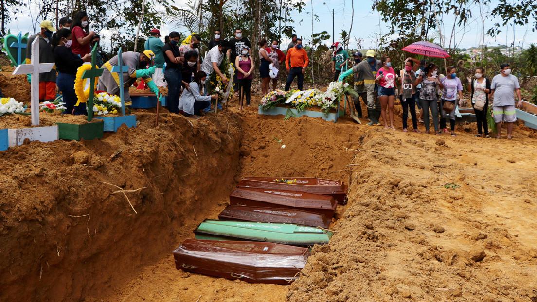 VIDEO: Cavan fosas comunes en la ciudad brasileña de Manaos para los muertos de covid-19