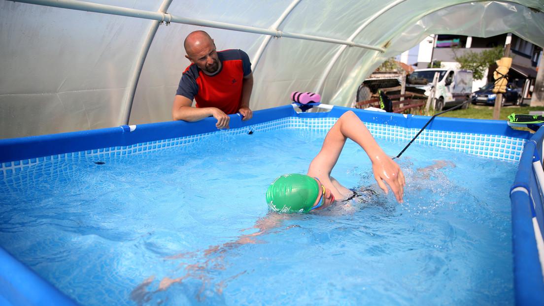FOTOS: Una joven promesa de la natación encuentra la manera de entrenar durante la cuarentena