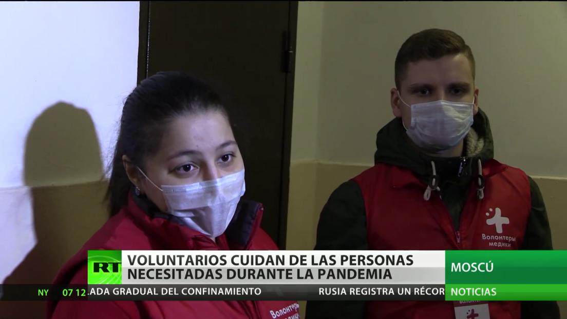 Voluntarios cuidan de personas necesitadas durante la pandemia en Rusia