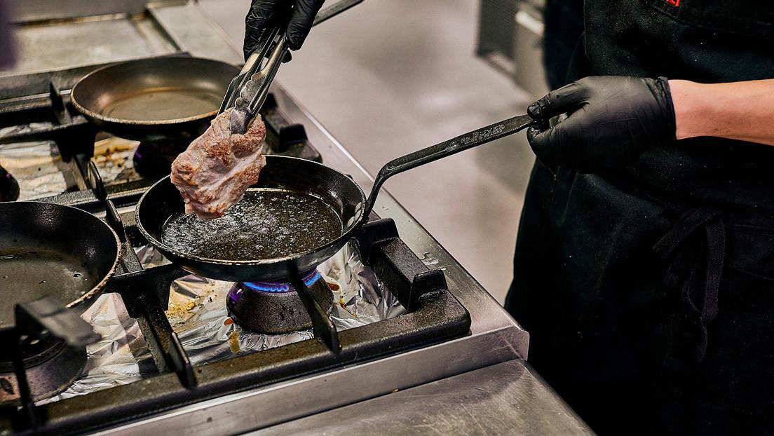 VIDEO: El descuido de un chef casi provoca un incendio en un programa de televisión
