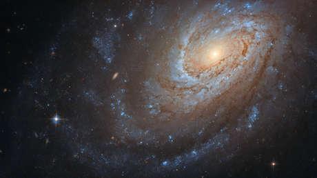 """Publican la imagen de una galaxia 'caníbal' que oculta un """"violento secreto"""""""