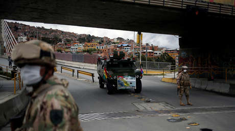 VIDEO: Militares bolivianos dispersan con gases lacrimógenos a unos 200 ciudadanos que les lanzaron piedras intentando llegar al país desde Chile