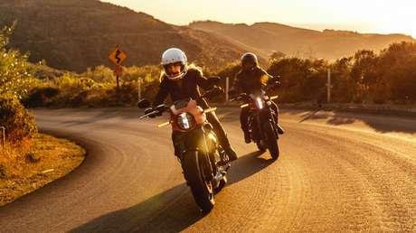 VIDEO: La primera moto eléctrica de Harley-Davidson se mide a un Tesla Model 3 en un arrancón de velocidad