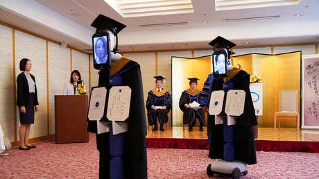 VIDEO: Estudiantes japoneses son reemplazados por robots en una ceremonia de graduación durante la pandemia