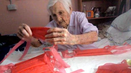 La conmovedora historia detrás de la argentina de 96 años que es viral por hacer tapabocas y donarlos a un hospital
