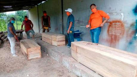 Presos de Ecuador elaboran ataúdes para enviar a Guayas, la provincia del país más golpeada por el coronavirus