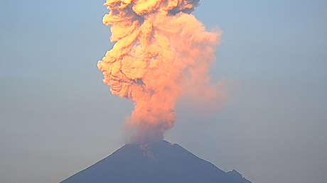 FOTOS: El volcán Popocatépetl registra tres erupciones en una mañana en México