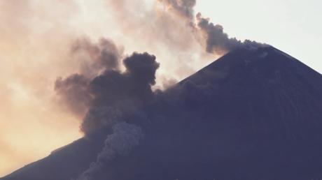 VIDEO: El volcán activo más alto de Eurasia expulsa ceniza y flujos de lava