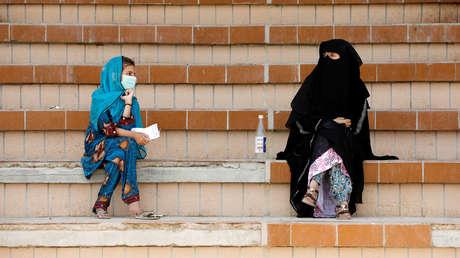 Un clérigo pakistaní culpa a las mujeres que visten poca ropa por el brote de coronavirus