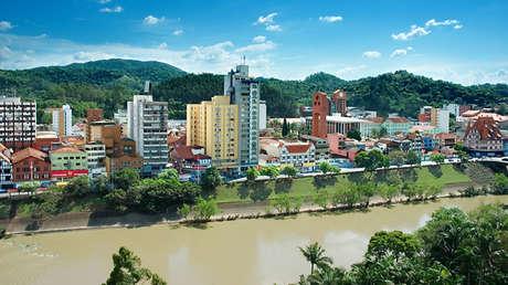Una ciudad de Brasil reabre sus comercios y los casos de coronavirus se disparan 185 %