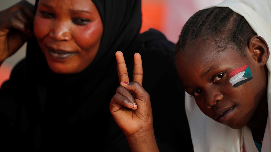 """Sudán prohíbe la mutilación genital femenina y activistas celebran una """"nueva era"""" para las niñas del país"""