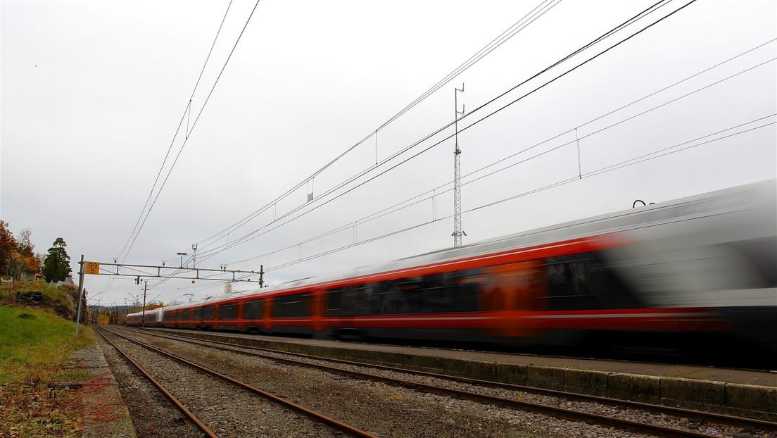 VIDEO: Un tren a toda velocidad choca contra un camión atascado en las vías