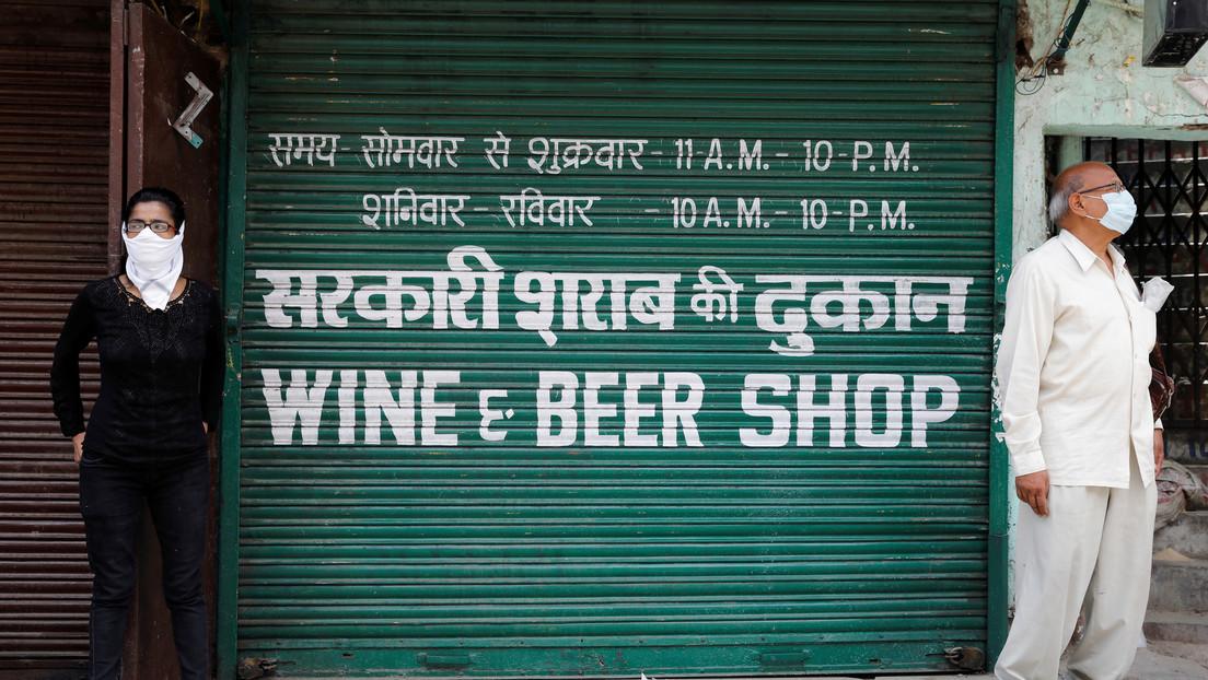 India lanza un sitio web de fichas para comprar alcohol y se cae en los primeros minutos